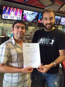 Aitor Sánchez entregándole el diploma de participación a RNE por la participación del programa de Alimentación y Cáncer